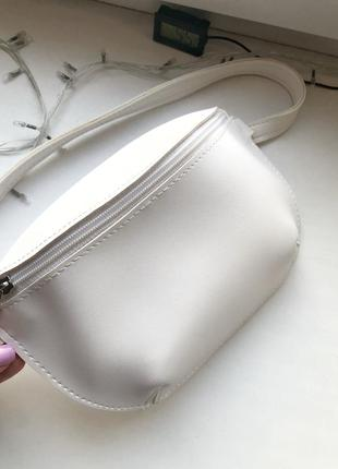 Белая сумка бананка маленькая длинный ремешок
