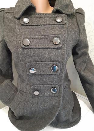 Красивая драповая курточка.