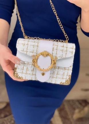 Красивая белая сумка клатч