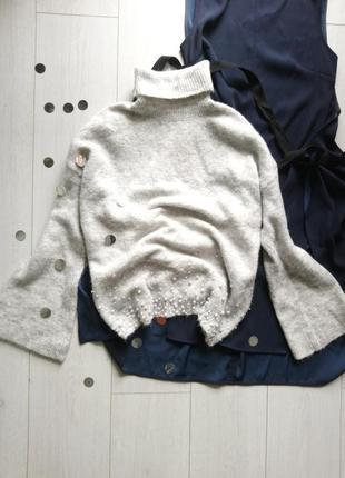 Мягкий теплый свитер с бусинками