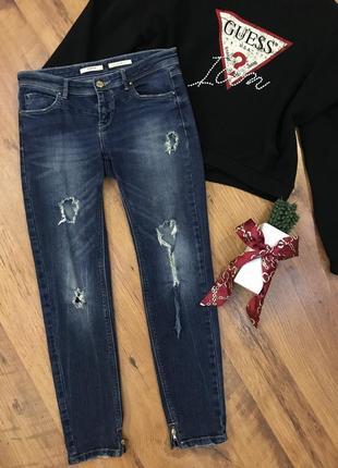 Темно синие зауженные рваные джинсы с дырками stradivarius