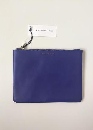 Клатч трендового синего цвета  из натуральной кожи датского бренда moss copenhagen