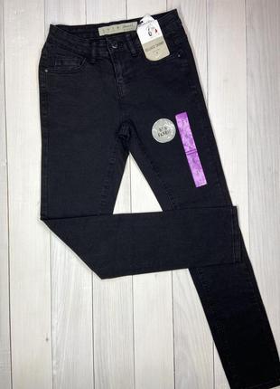 Чорні базові джинси.