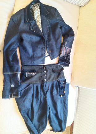 Стильный фирменный костюм с вышивкой