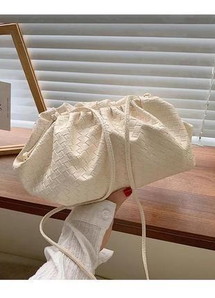 Сумка клатч в стиле bottega veneta pouch женская модная молочная