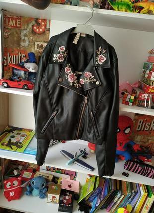Классная кожаная куртка кожанка косуха h&m с вышивкой