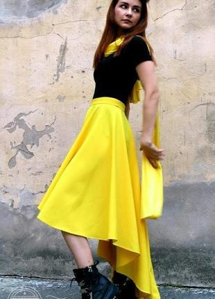 Ярко-желтая юбка с хвостом