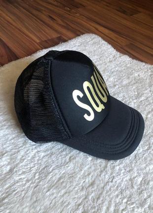 Женская чёрная кепка с золотой надписью