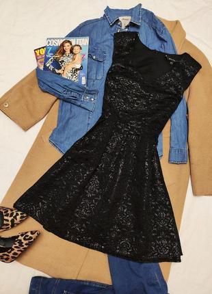 Чёрное приталеное платье со свободной юбкой с золотым отливом цветочный принт new look