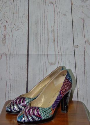 Лаковые яркие туфли на каблуке с открытым носком