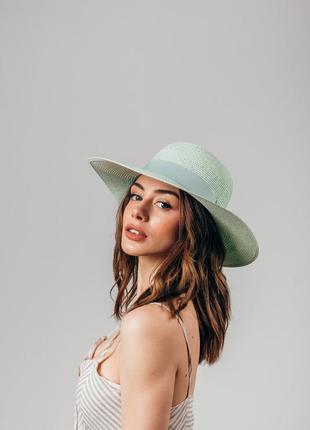 Широкополая шляпа из новой коллекции