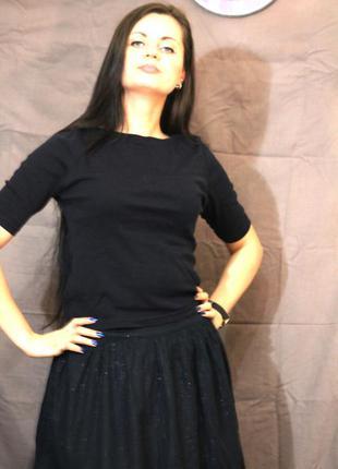 Элегантная черная футболка