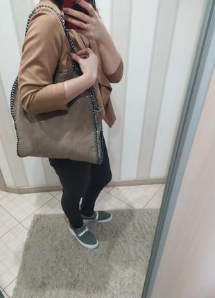Кожаная большая бежевая сумка как шоппер с цепочками