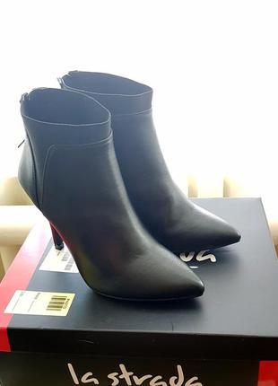 Новые  ботинки. удобный каблук. резинка на подъеме.