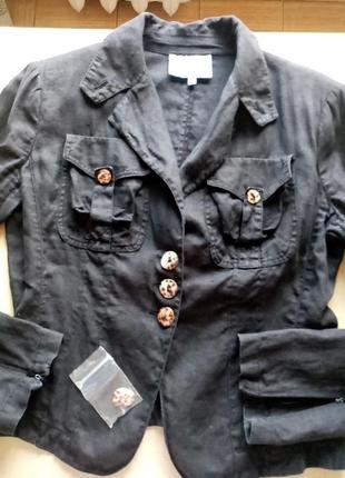 Льняной пиджак угольного цвета.