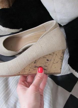 Туфли на танкетки нюдового цвета