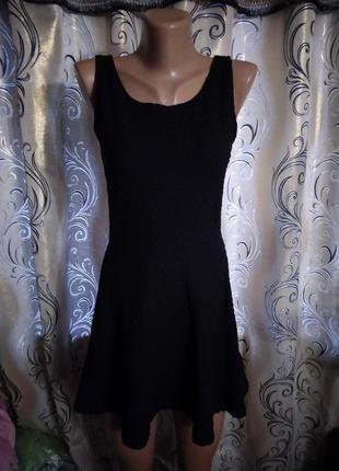 Маленькое черное платье из фактурной ткани h&m