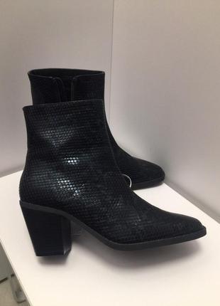 Казаки на толстом каблуке змеиный животный принт сапоги ботинки