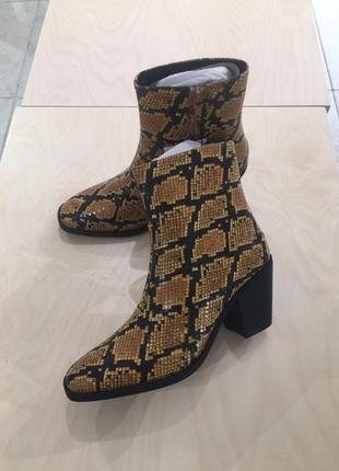 Ботинки на толстом каблуке казаки сапоги змеиный принт животный сапожки