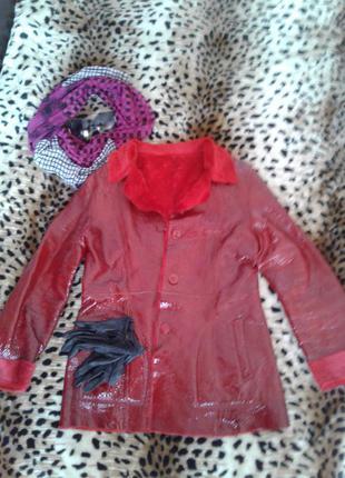 Удлиненная курточка из лакированной кожи.