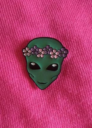 Значок инопланетянин в веночке, брошь, брошка, пин