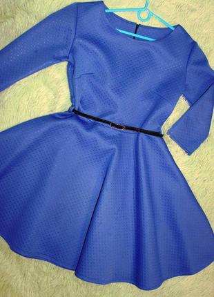Голубое платье из неопреновой ткани
