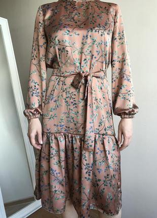 Женственное атласное платье