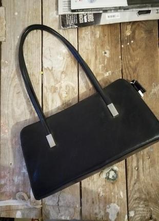 Брендовая прямоугольная кожаная классическая строгая сумочка на плече держит форму