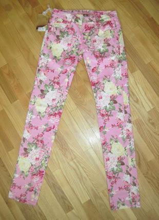 Цветные джинсы на худенькую девушку