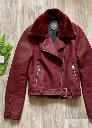 Бордовая куртка косуха кожаная с поясом