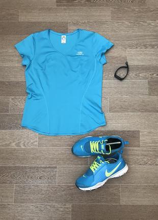 Спортивная футболка для бега спортзала