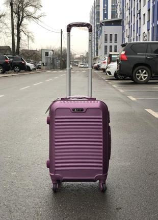 Чемодан из противоударного пластика s+ для ручной клади фиолетовый с фурнитурой в цвет