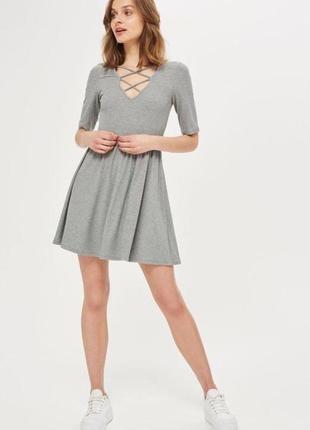 Платье с переплётом/со шнуровкой/перекрёстком на груди/в рубчик