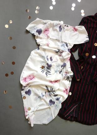 Шикарное белое платье на плечи в цветы , спереди идет назапах