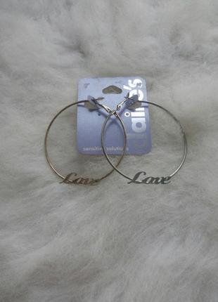 Серебряные круглые большие средние сережки с надписями буквами кольца бижутерия