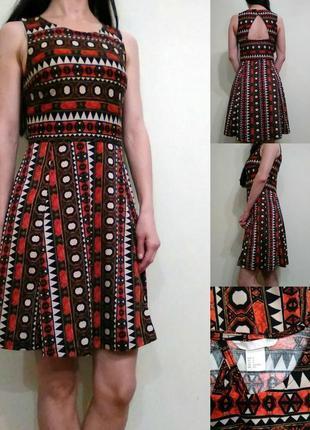 Базовое платье в орнамент с вырезом на спине