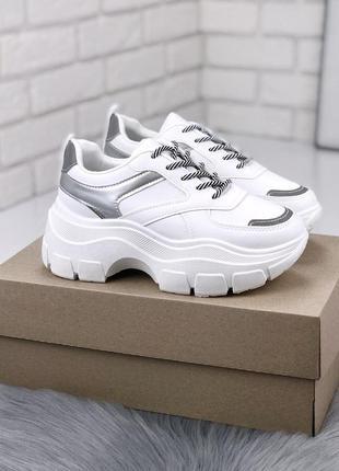 Белые кроссовки с серебристыми вставками