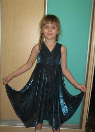 Воздушное и нарядное платье изумрудного цвета.