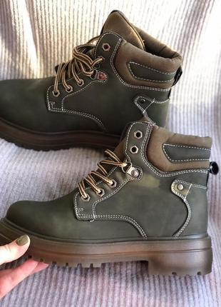 Оливковые зимние ботинки новые с мехом внутри