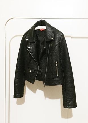 Женская черная короткая косуха кожанка кожаная куртка курточка
