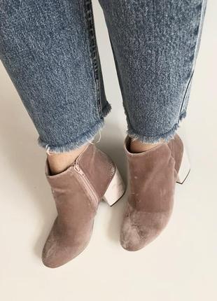 Тренд! пыльно-розовые ботильоны из бархата от new look