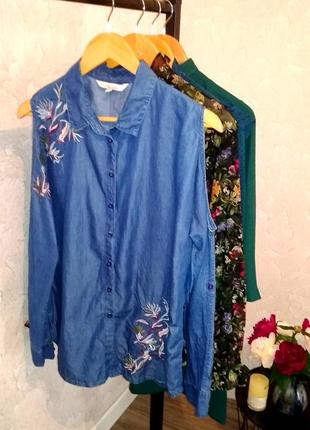Красивенная джинсовая рубашка с открытыми плечами и вышивкой peacocks
