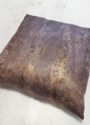 Подушка декоративная с золотым принтом
