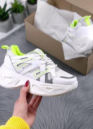 Белые кроссовки с разноцветными вставками