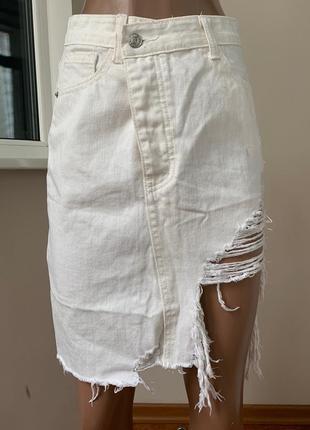 Джинсовая юбка с потёртостями разной длины
