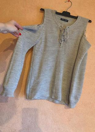 Вязаный свитер на шнуровке открытые спущенные плечи
