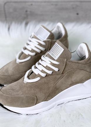Бежевые кроссовки из натуральной замши