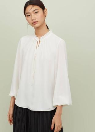 Блузка с оборками на воротнике