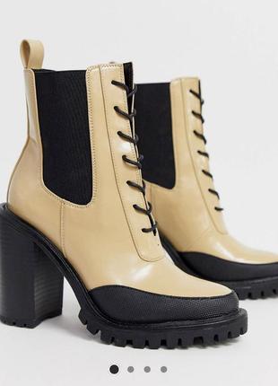 Бежевые ботинки на толстом каблуке