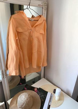 Персиковая льняная рубашка с пуговицами под дерево